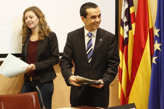 El conseller de economía Joaquín García y su directora general...