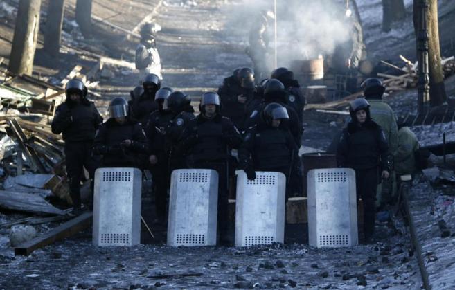 Barricada policial cerca del campamento de los 'indignados'...
