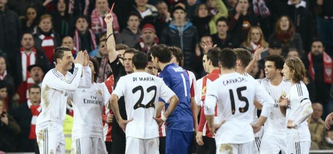 Ayza Gámez muestra la tarjeta roja a Cristiano el sábado pasado en...