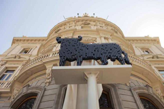 Imagen del toro de Osborne hecho con piezas de Swarovski en la Casa de...