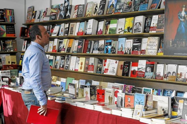 Un visitante de la Feria del Libro de Palma.