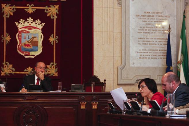 María Gámez (PSOE) lee un documento ante la mirada de Francisco de...