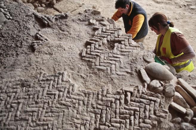 Arqueólogos trabajando en el yacimiento romano de Los Mondragones.