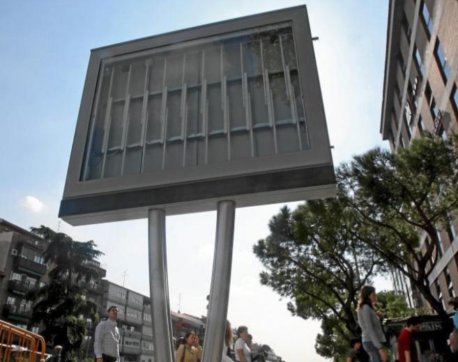 Pantalla digital de publicidad instalada en Madrid sin ningún...