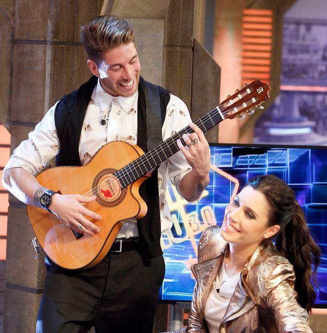 El futbolista Sergio Ramos canta a Pilar Rubio en un programa de...