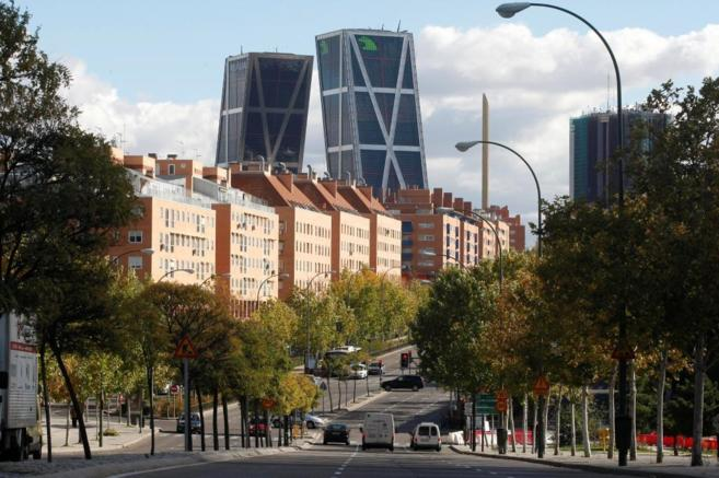 Vistas de la Avenida de Asturias con las Torres Kio de Plaza de...