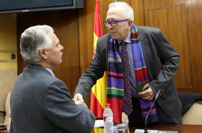 El consejero de Economía, Sánchez Maldonado (D.), antes de su...