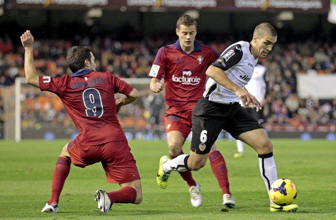 Oriol Romeu conduce el balón ante la presión de los jugadores de...