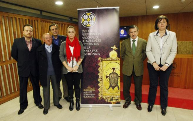 La alcaldesa de Alicante, Sonia Castedo, junto a otros representantes.