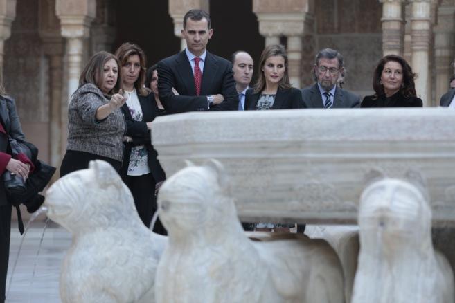 Los Príncipes y la presidenta de la Junta durante la visita a la...