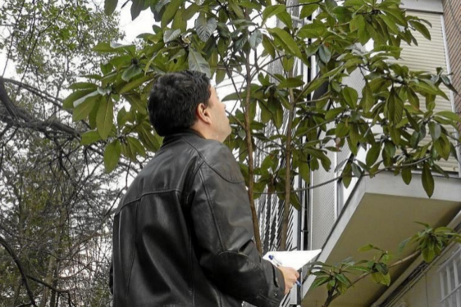 Un técnico realiza la IEE a un edificio de viviendas.