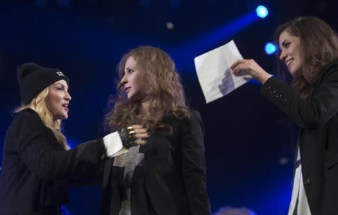 María Alyokhina (izda) y Nadia Tolokonikova con Madonna en Nueva...