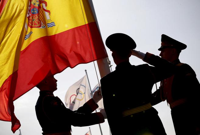 La Guardia de Honor iza la bandera española durante la bienvenida al...