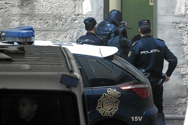 La madrastra de la niña de cinco años muerta en Alicante, ayer a su...