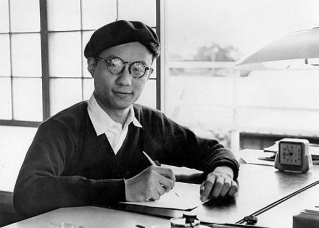 Osamu Tezuka posa en 1957 mientras dibuja en su estudio en Tokio.