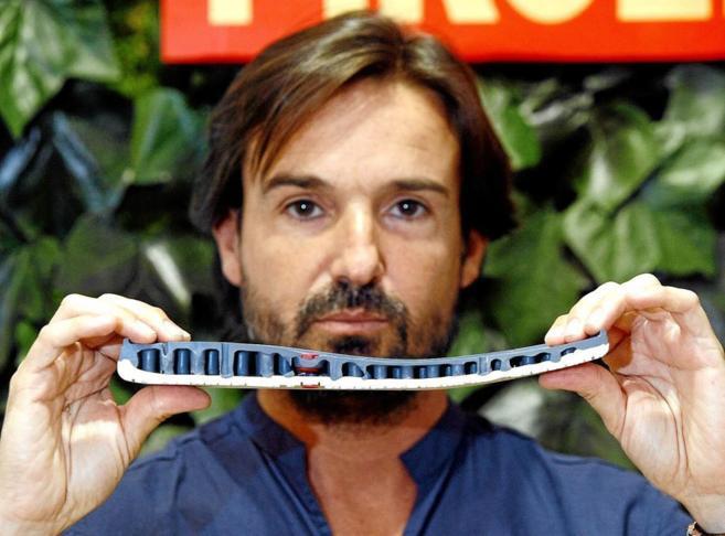 El responsable de producto de Pikolinos, Fene García, con la suela...