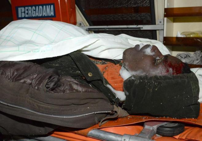 El cadáver de uno de los inmigrantes que perdieron la vida el jueves...