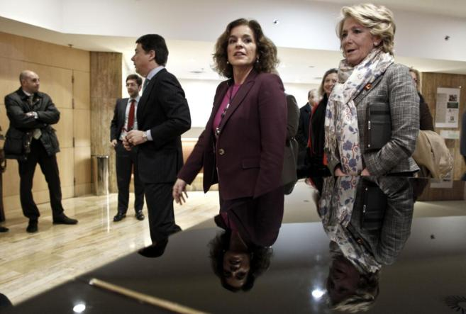Ana Botella y Esperanza Aguirre caminan juntas, detrás y al lado más...