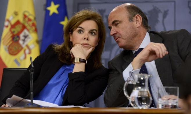La vicepresidenta del Gobierno, Soraya Saénz de Santamaría, y el...