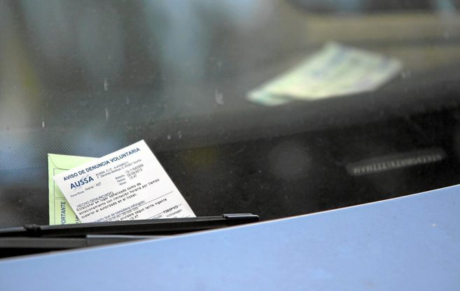 Un vehículo sancionado por aparcar en la zona azul de Sevilla sin...