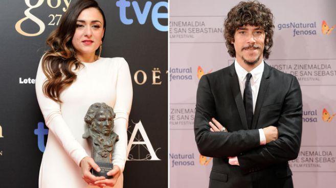 La actriz Candela Peña (izq.), con su Goya, y el intérprete Óscar...