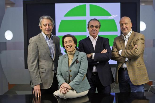 Iñaki Gil, Victoria Prego, Rafael Moyano y Fernando Baeta posan en la...