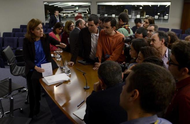 Sáenz de Santamaría, ayer, explica a los periodistas el proceso de...