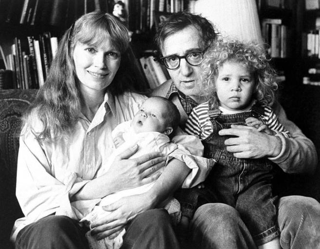 Woody Allen y Mia Farrow con sus hijos.