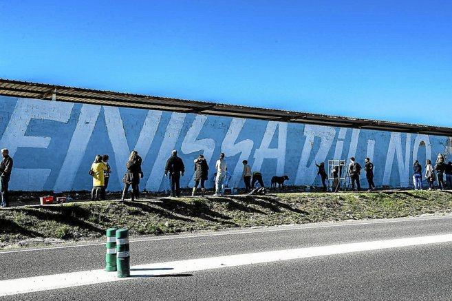 Numerosos ibicencos participaron en la confección de este mural en...