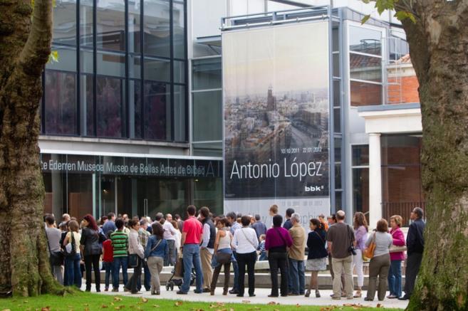 Colas para entrar al museo en una de sus exposiciones estrella, la de...
