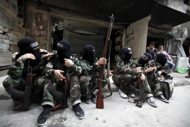 Milicianas del grupo 'Nuestra Madre Aisha', descansan con...