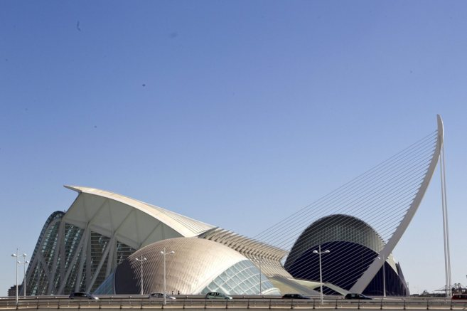 Varios edificios de la Ciudad de las Artes y las Ciencias, con el...