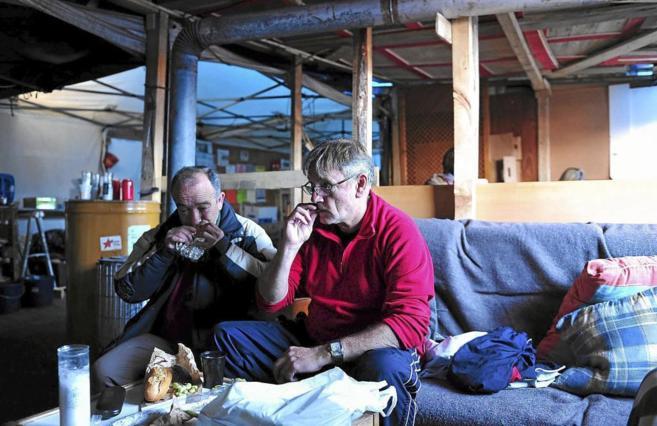Dos de los trabajadores en huelga, acampados en Santa Perpètua