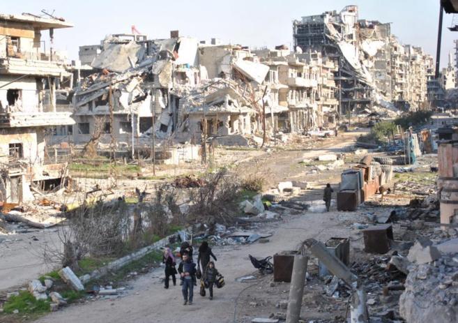 Un grupo de civiles acude al punto de encuentro para abandonar el...