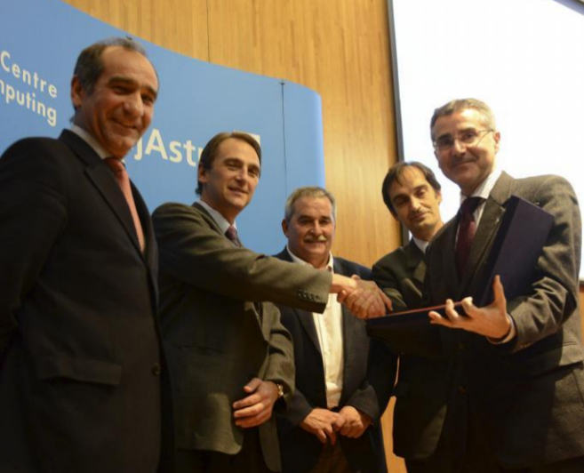 Jesús Alcalde (a la izquierda), uno de los consejeros de Liberbank...