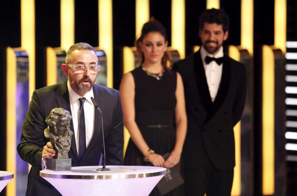 La pareja de Paco Delgado recoge el Goya al mejor diseño de vestuario...