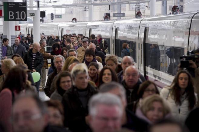Una multitud de pasajeros desciende de un AVE procedente de Valencia...