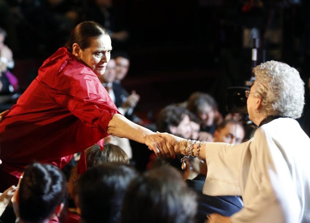 Terele Pávez agarra la mano de Pilar Bardem, muy emocionada también...