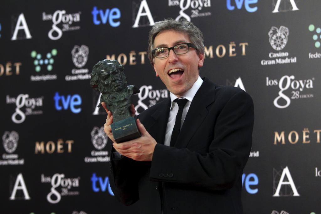 David Trueba con su galardón como mejor director.