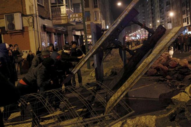 Manifestantes radicales destrozan mobiliario urbano, en enero durante...