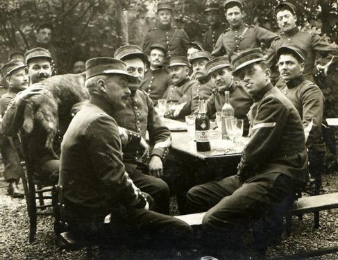 Soldados franceses comparten una botella de Pernod.