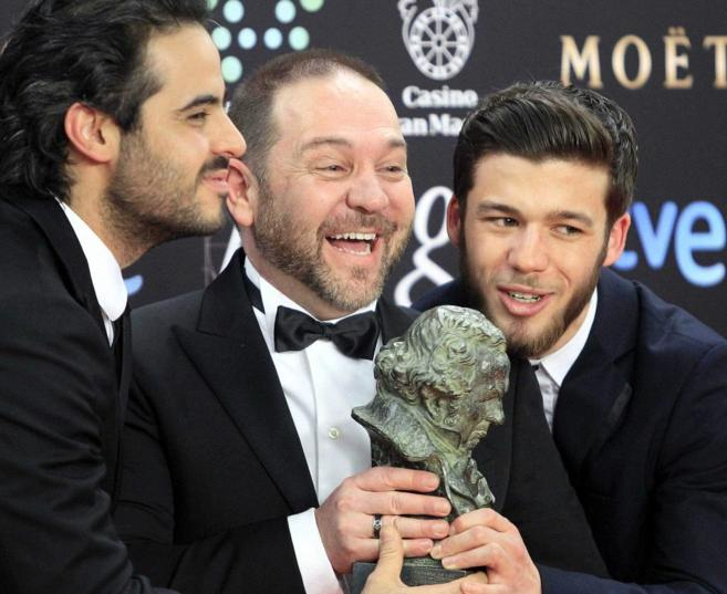 El actor y director venezolano celebra con parte de su equipo el...