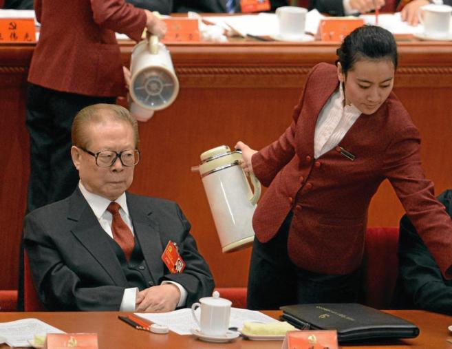 Jiang Zemin durante la apertura del XVIII Congreso del Partido...