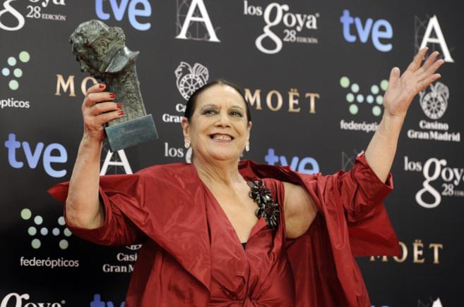 La actriz Terele Pávez muestra orgullosa su Goya a la mejor actriz de...