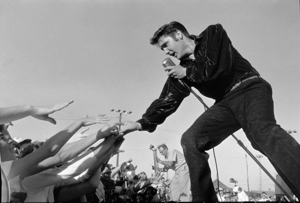 El cantante Elvis Presley cantando para sus fans.