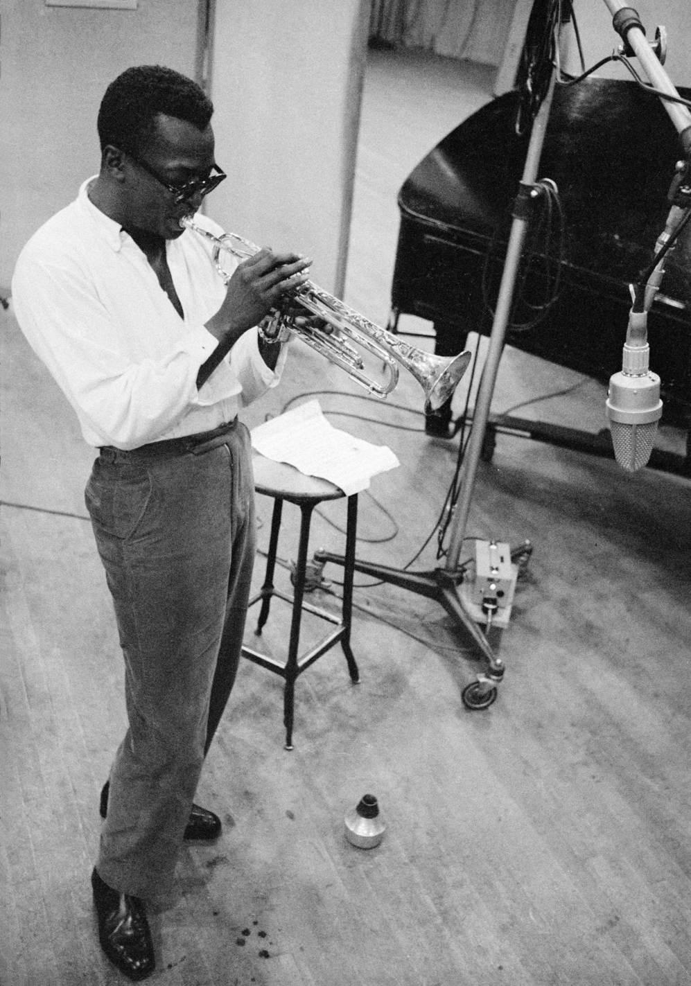 El trompetista Miles Davis.
