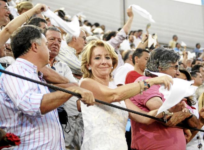 Esperanza Aguirre en una corrida de toros en San Sebastián de los...