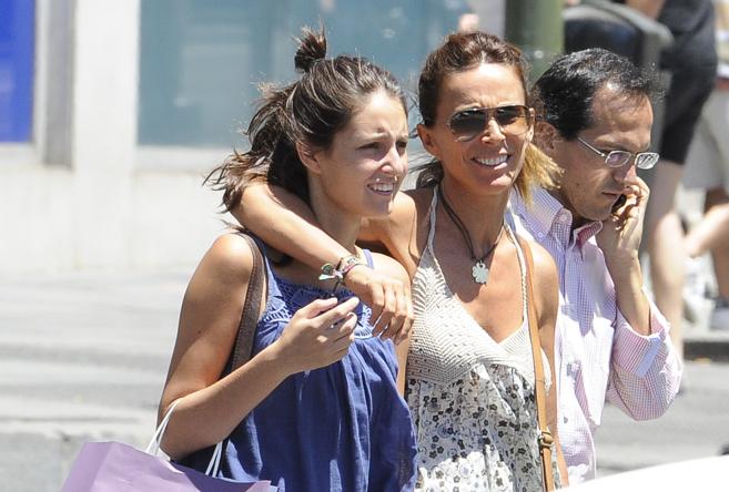 Andrea Molina y su madre, Lydia Bosch, paseando por las calles.