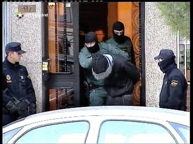 Policías y agentes de la Guardia Civil, en una operación contra los...