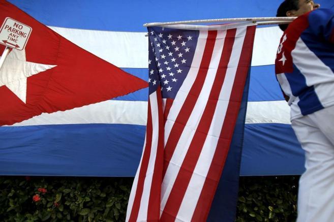 Un miembro de la comunidad cubana en el exilio de Miami porta una...